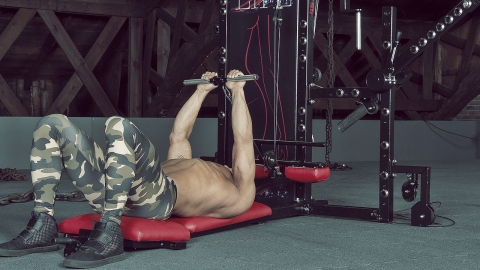 Cable Lying Triceps Extension trizeps curls liegend